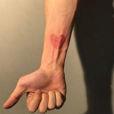 男生手腕指纹心形纹身图案