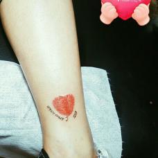 美女脚踝处老公指纹纹身图片