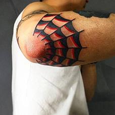 手臂红黑色蜘蛛网纹身图片