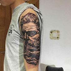 大臂帅气的宙斯纹身图案