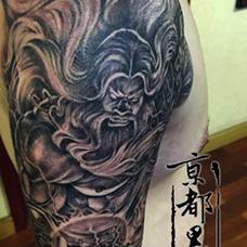 大臂霸气的宙斯纹身图案