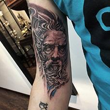 大臂内侧宙斯纹身图案