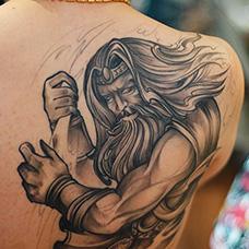 背部宙斯纹身图片