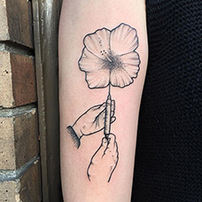 手臂注射器花朵纹身图案