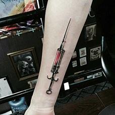小臂注射器针筒纹身图案