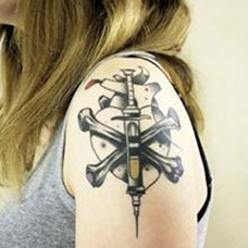 女生大臂注射器和爱心纹身图案
