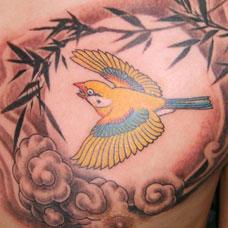 胸部竹子和鸟纹身图案