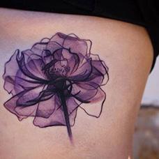 背部水墨紫罗兰纹身图片