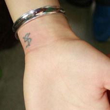 手腕情侣字母纹身图案