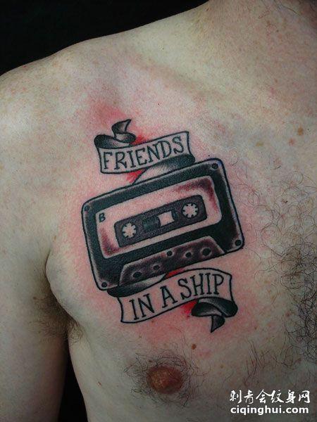 胸部磁带字母纹身图片