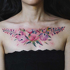 女生胸前紫藤花纹身图案