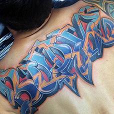 肩部个性的字体纹身图案