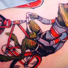 手臂骑着自行车的青蛙纹身图案