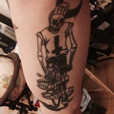 大臂内侧骑着自行车的骷髅纹身图案