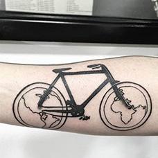手臂有创意的自行车纹身图案