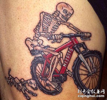 大腿自行车和骷髅纹身图案