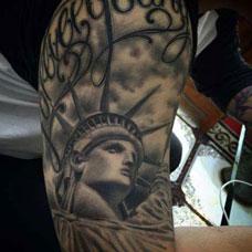 大臂个性自由女神纹身图片