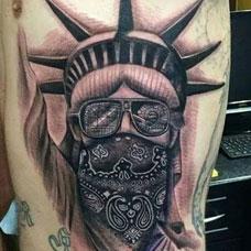 侧腰个性自由女神纹身图案