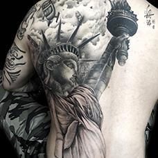 男士背部自由女神纹身图案