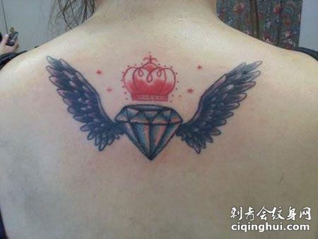 背部长翅膀的钻石纹身图案