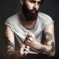 欧美男士手臂乌鸦纹身图片