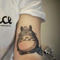 女生手臂侧面龙猫纹身图案
