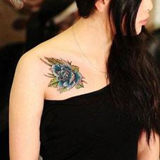 美女肩部性感的玫瑰花纹身图片