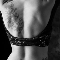 美女背部性感的花朵纹身图案