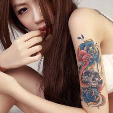 美女大臂玫瑰骷髅性感纹身图片
