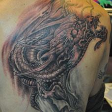 男士肩部霸气邪龙纹身图案