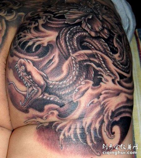 臀部个性的蛇纹身图案