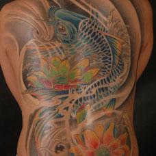 满背彩色鲤鱼莲花纹身图片