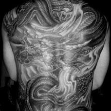 满背经典霸气的龙纹身图案