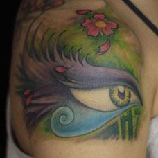 大臂创意羽毛眼睛纹身图案