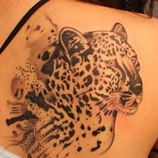 肩部精美的豹子纹身图案