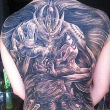 满背炫酷恶魔黑白纹身