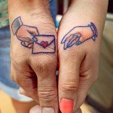 恋人手部彰显爱情小巧信封纹身图案