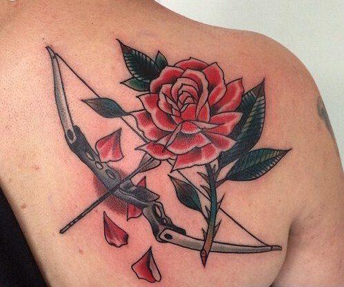 弓箭玫瑰背部纹身
