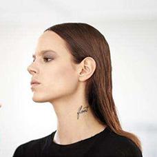 美女超模freja颈部纹身图片