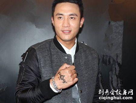 演员杜淳手背纹身图案