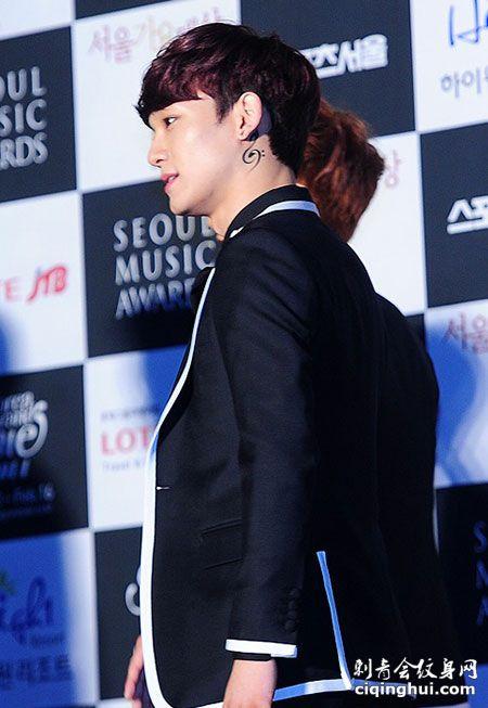 EXO张艺兴颈部纹身图案