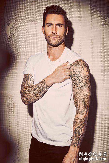 美国歌手亚当.莱文大花臂纹身