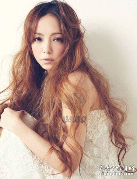 性感日本女歌手安室奈美纹身图片