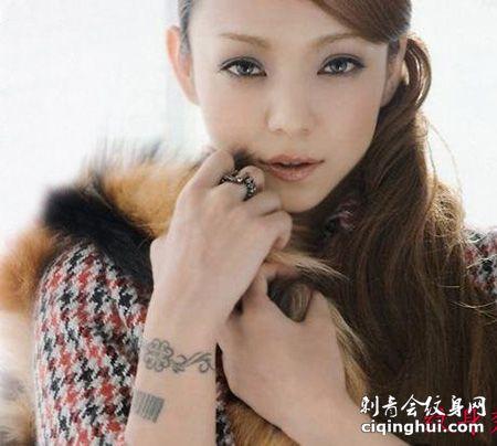 日本美女安室奈美小臂条形码纹身