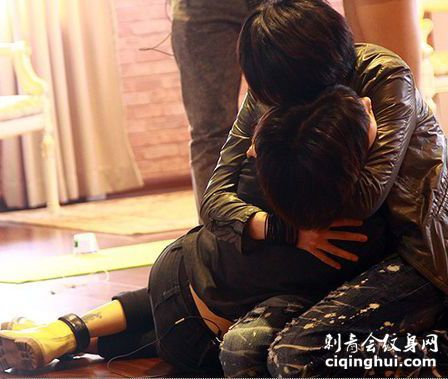 美女歌手苏妙玲左腿纹身图片