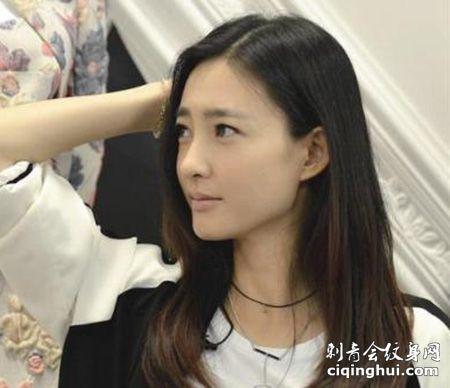 演员王丽坤颈部线条个性纹身