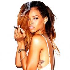 蕾哈娜侧腰性感埃及艳后图案纹身