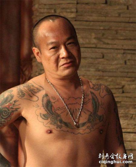 B哥吴志雄胸前纹身图案