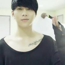 Highlight成员龙俊亨锁骨纹身图案