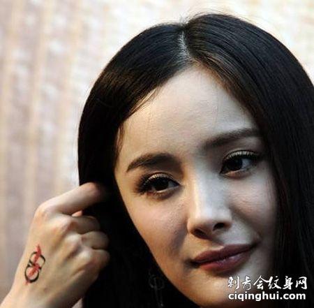 女演员杨幂手背个性符号纹身